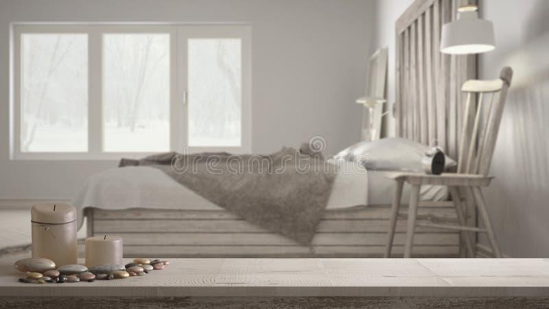 木葡萄酒台式或架子与蜡烛和小卵石,禅宗心情,在被弄脏的当代卧室,床与木床头板 库存照片