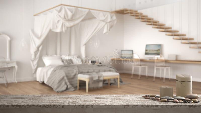 木葡萄酒台式或架子与蜡烛和小卵石,禅宗心情,在被弄脏的经典卧室有大机盖床的,白色曲拱 免版税库存照片