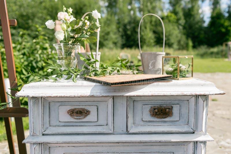 木葡萄酒梳妆台,有花装饰的在庭院里 室外 选择聚焦 免版税库存图片