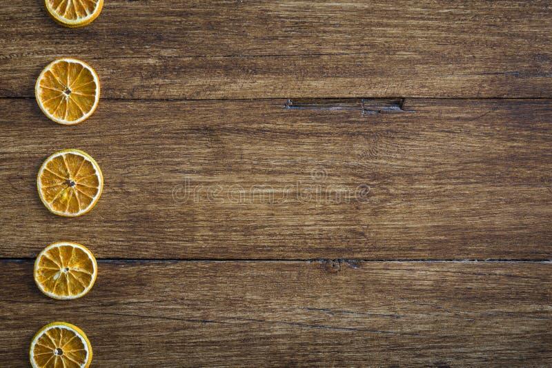 木表面上的干橙色切片 库存图片
