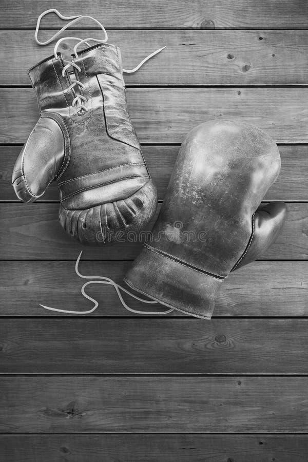 木表面上的老拳击手套与文本的拷贝空间 高分辨率3D回报 库存照片