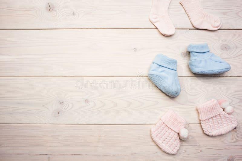 木表面上的婴孩袜子 免版税库存照片