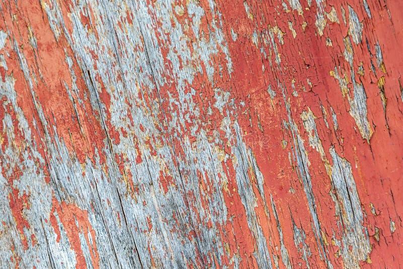 木表面纹理风化了破裂的油漆红色老背景基地设计灰色委员会 免版税库存照片