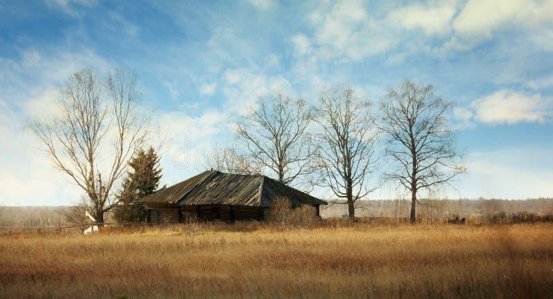 木被放弃的区房子老远程俄国的村庄 库存图片