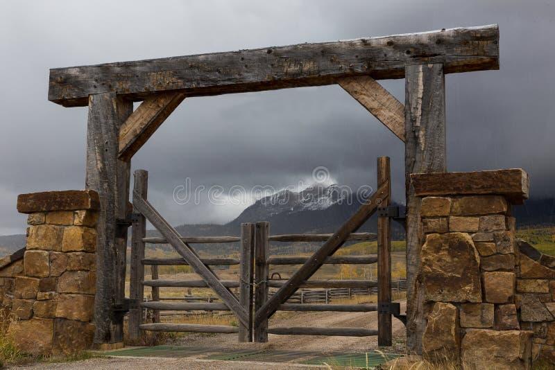 木被v柱子的大农场门和柱子葡萄石头坐果剂图片