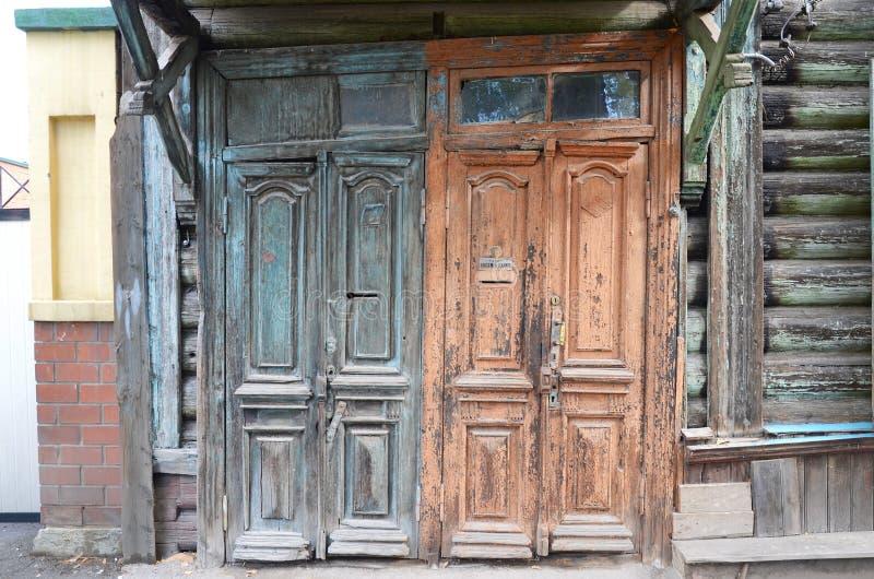 木被毁坏的门 老入口在伊尔库次克 免版税库存图片
