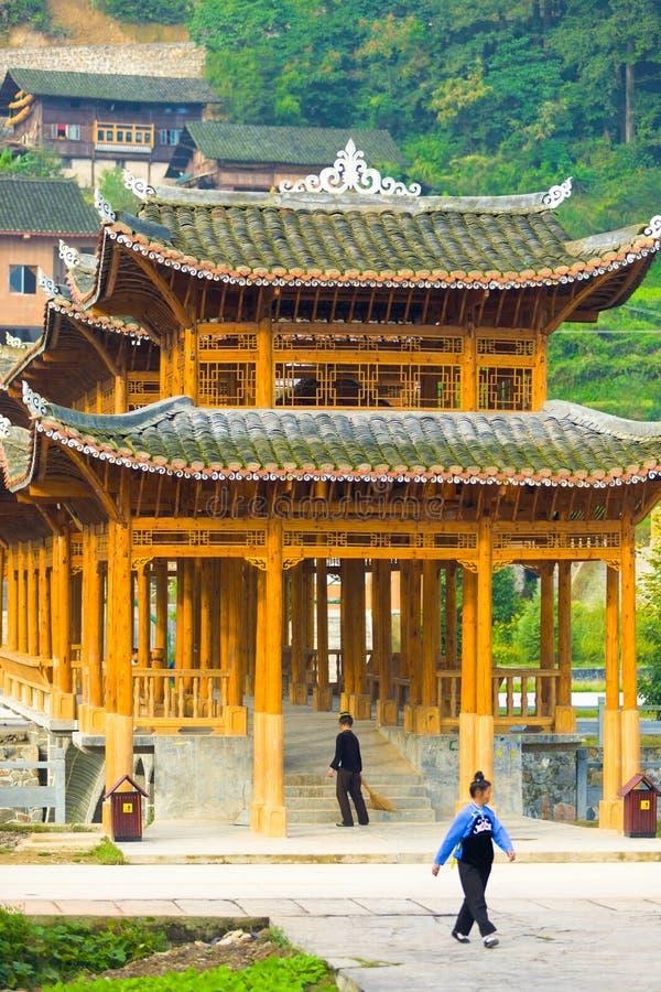 木被遮盖的桥庙村西疆中国 库存图片
