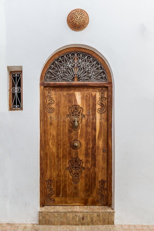 木被雕刻的门 库存图片