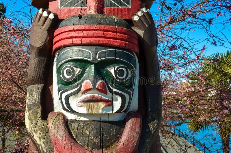 木被雕刻的图腾柱在加拿大 库存照片