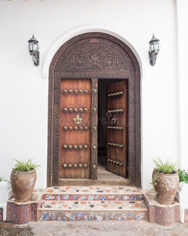木被雕刻的门在桑给巴尔石头城,桑给巴尔 免版税图库摄影