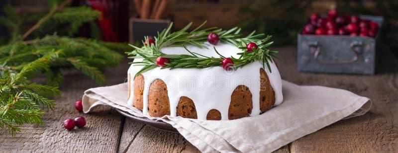 木质背景、横幅上的传统自制圣诞水果蛋糕 库存照片