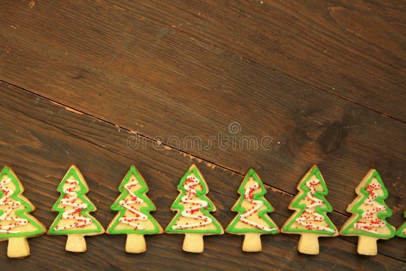 木质背景上的圣诞树饼干 库存图片