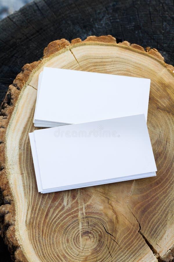 木质背景上空白名片的照片品牌模型 免版税库存图片