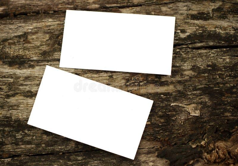木质背景中空白名片的照片 图库摄影