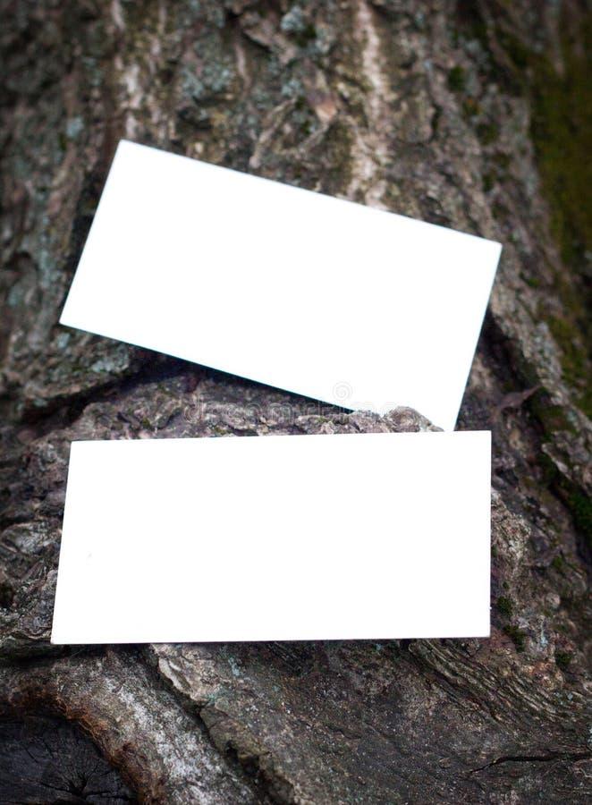 木质背景中空白名片的照片 库存图片