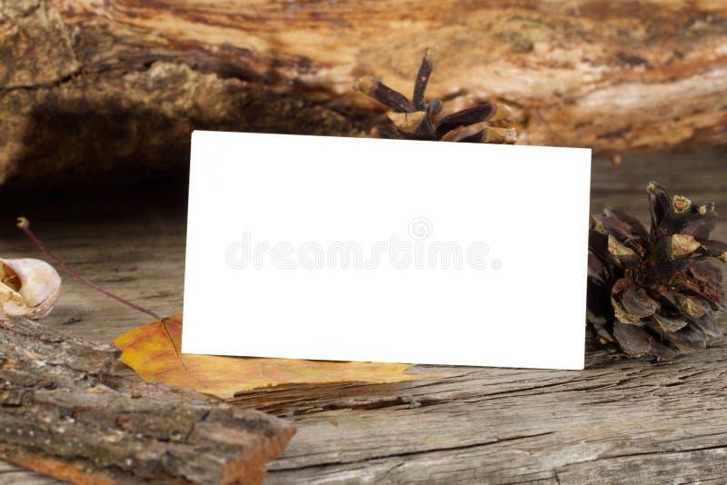 木质背景中空白名片的照片 免版税库存图片
