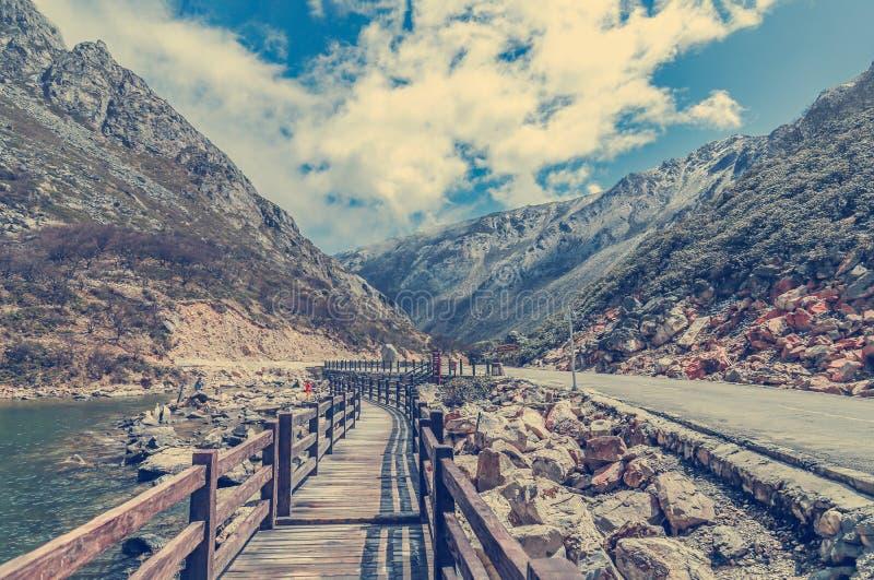 木路或小径在湖附近 沿水的道路在su 库存图片