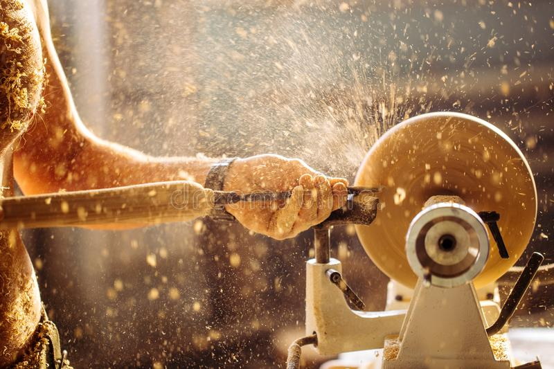 木车床 木匠用车床加工的木头 库存照片