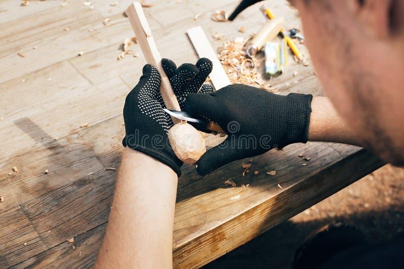 木车间 雕刻从木头的手匙子,与凿子关闭一起使用 做木匙子的过程,凿子,铅笔, 库存照片