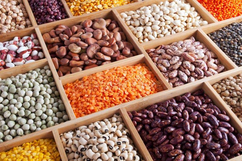木配件箱的豆类 免版税库存照片