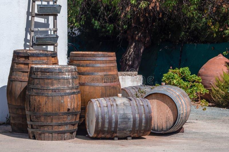 木酿酒厂桶的图片在克利特 免版税图库摄影