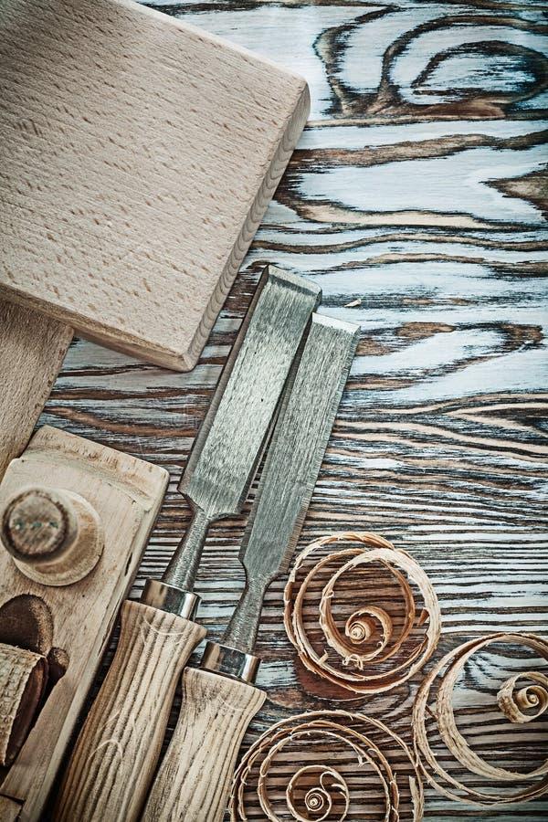 木锤子凿刮飞机卷曲的计划的芯片 库存照片