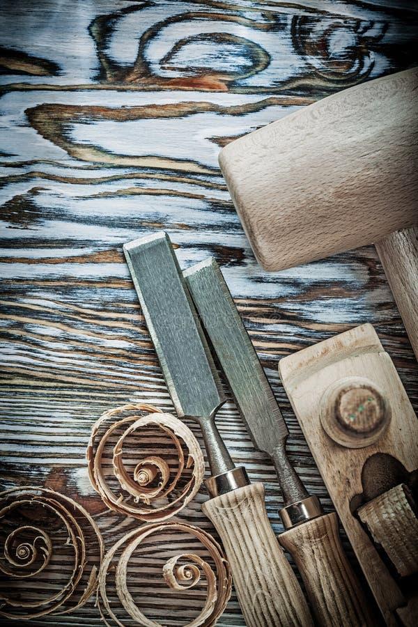 木锤子凿整平机在木委员会的卷曲的削片 库存照片