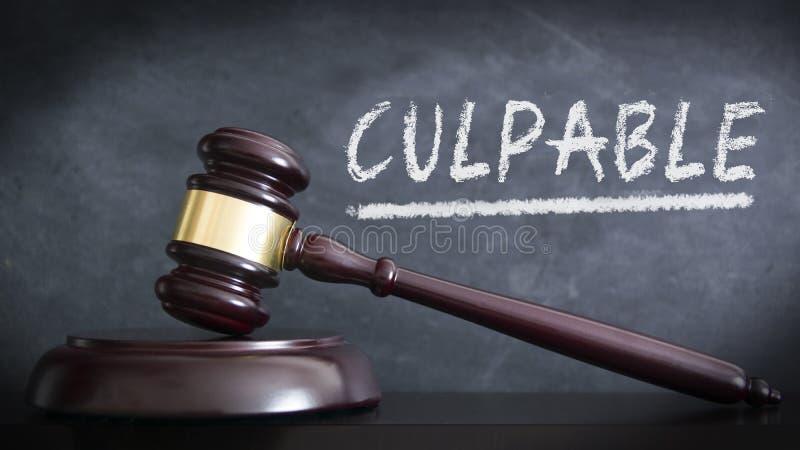 木锤子在判决的一座法院大楼有罪在西班牙'有罪'在评断 手书面概念 免版税库存照片