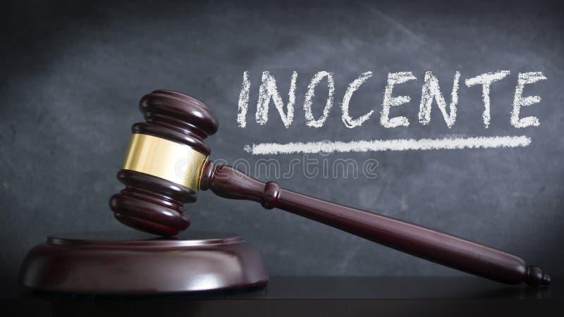 木锤子在清白的人判决的一座法院大楼西班牙'伊诺森西奥的'评断的 手与白垩的书面概念 图库摄影
