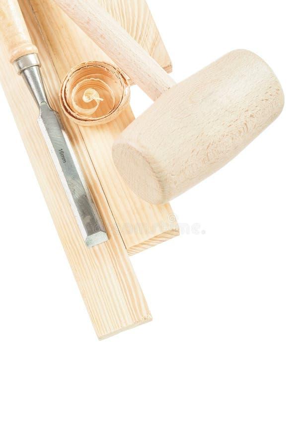 木锤子砖凿在白色隔绝的削片 免版税库存图片