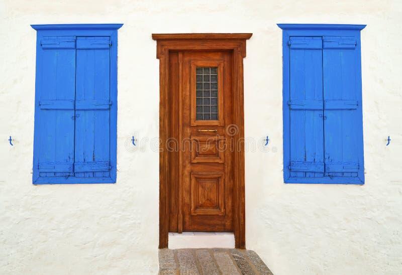 木门和窗口在九头蛇海岛希腊 库存图片