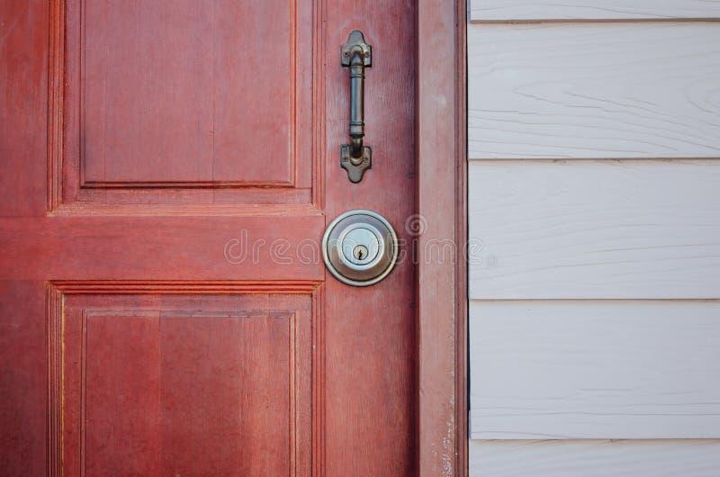 木门和金属锁 免版税库存照片