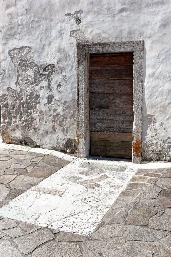 木门在一个老石房子里 免版税库存图片