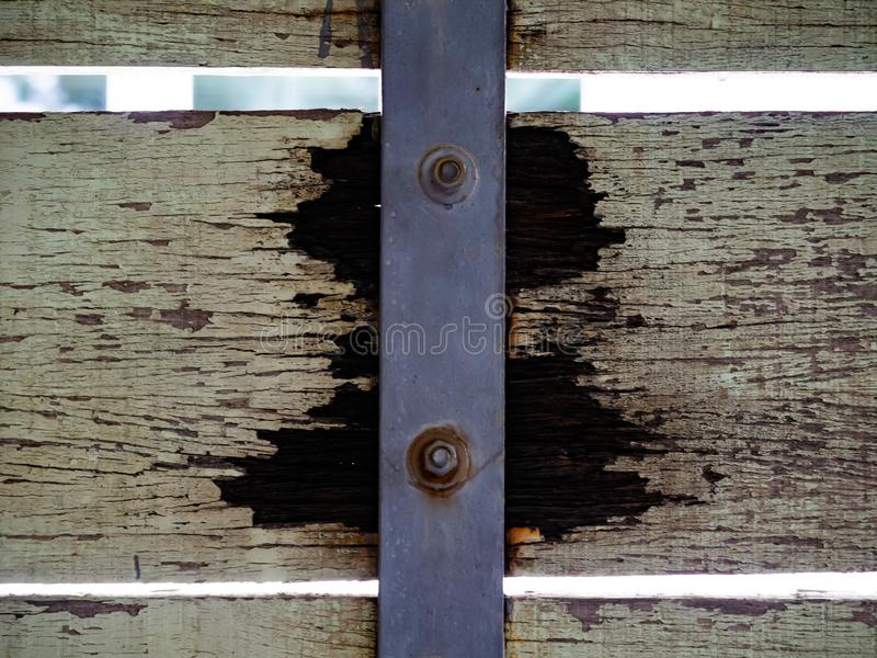 木门家,腐朽破裂和铁锈 免版税库存图片