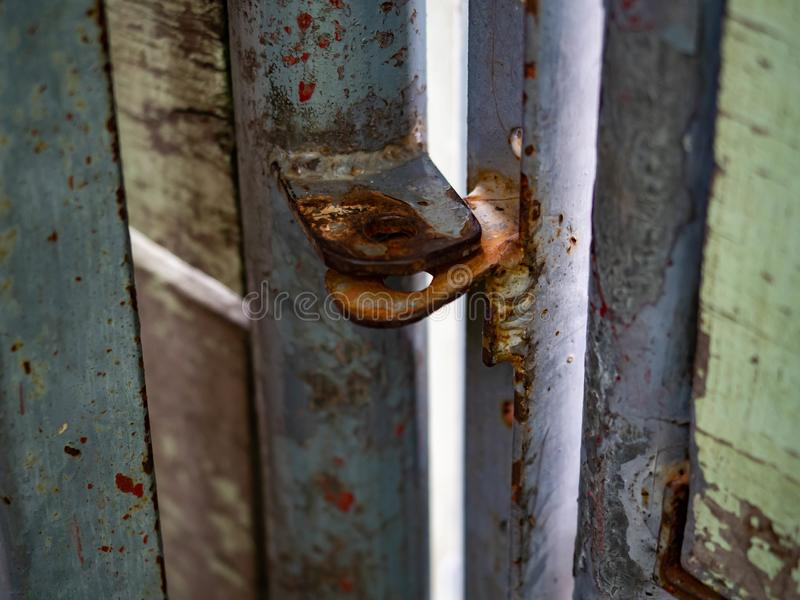 木门家,腐朽破裂和铁锈 免版税库存照片
