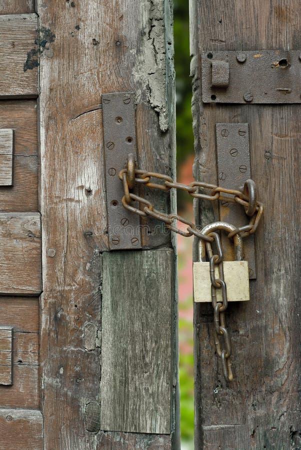 木门的挂锁 免版税库存照片