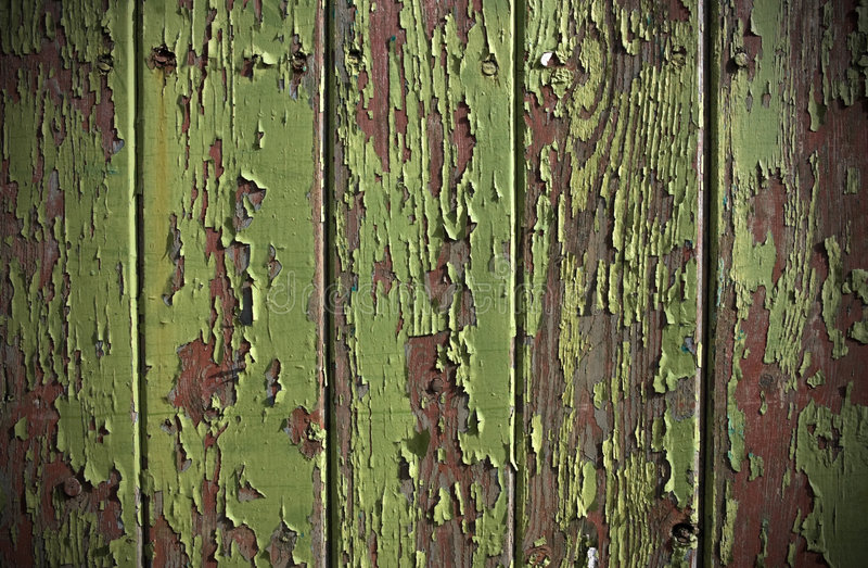 木门绿色油漆面板的削皮 免版税图库摄影