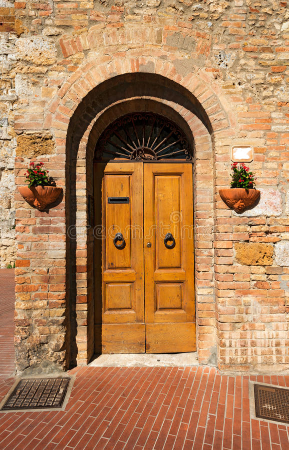 木门-圣吉米尼亚诺托斯卡纳意大利 免版税库存图片