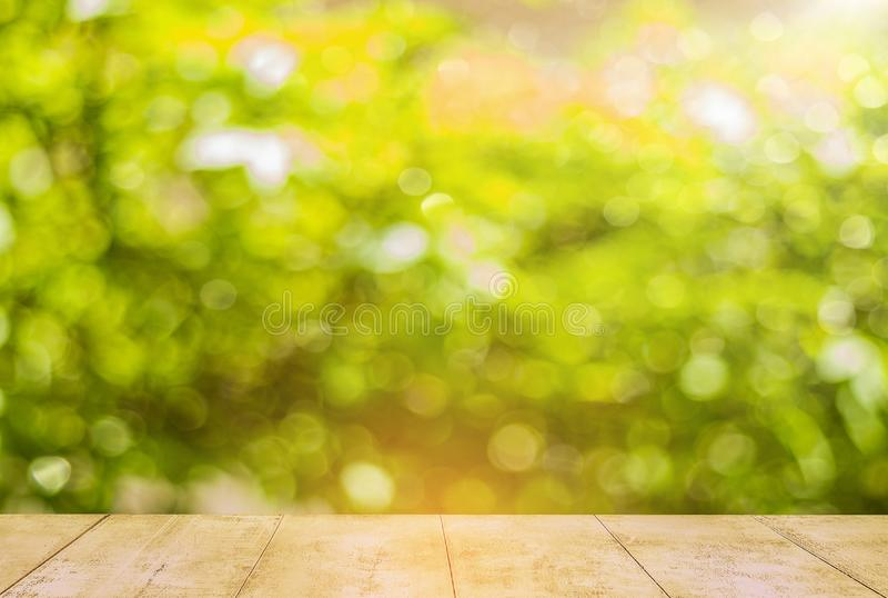 木阳台有被弄脏的绿色bokeh背景 图库摄影