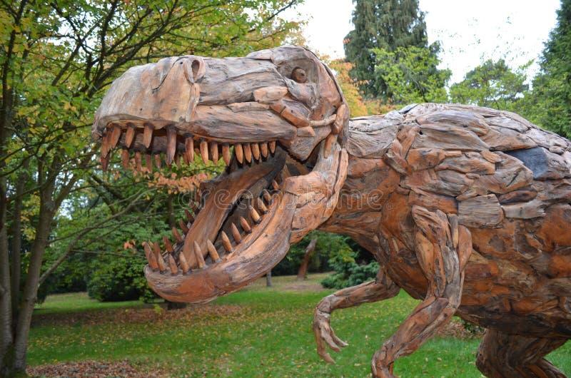 木雕塑恐龙 免版税库存图片