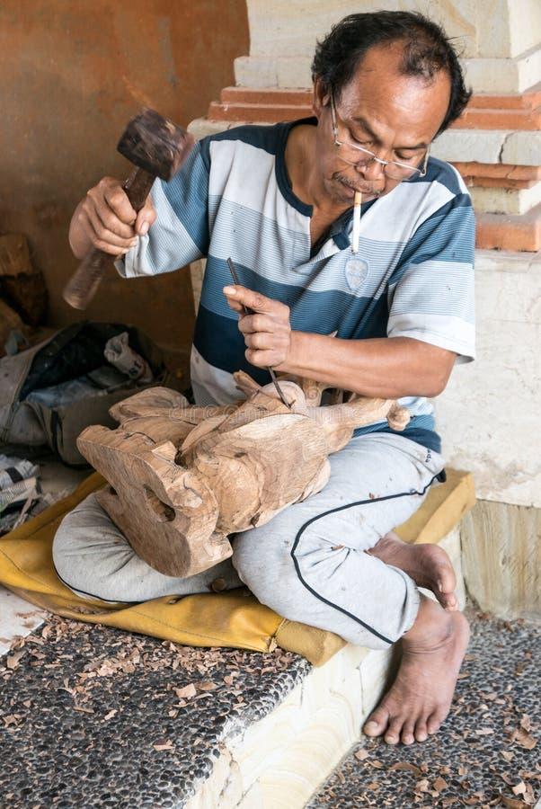木雕家在Mas村庄在Ubud,巴厘岛 库存图片