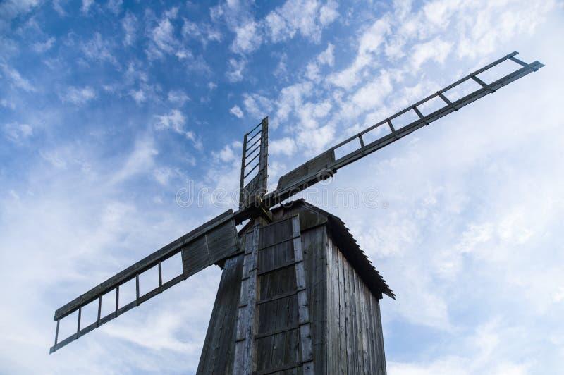 木风车从下面反对蓝天 免版税库存图片