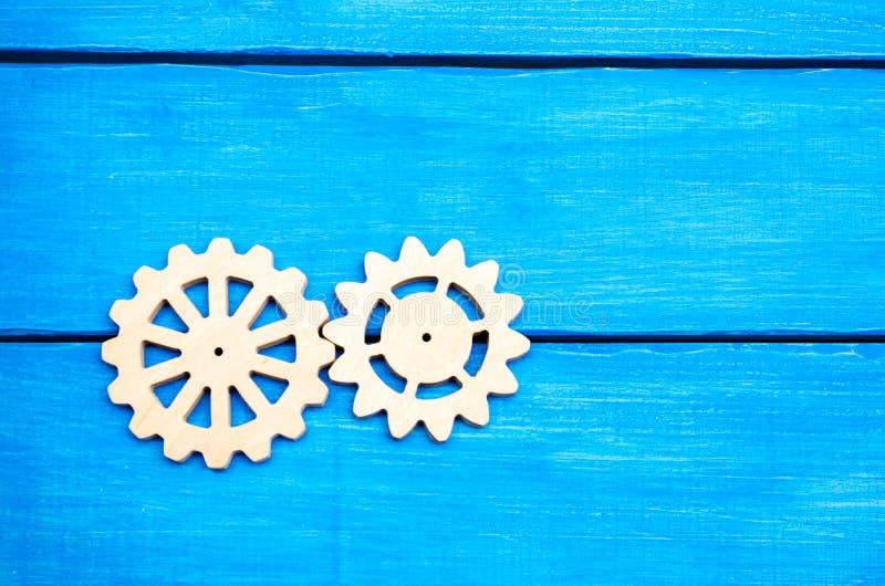 木齿轮,钝齿轮,在蓝色背景,机制 库存图片