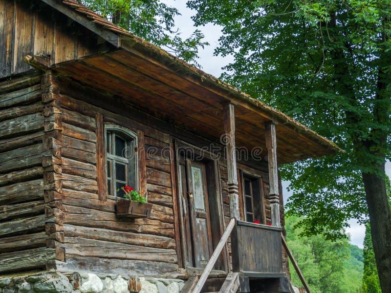 木头和石头的农村罗马尼亚单身家庭的房子 库存照片