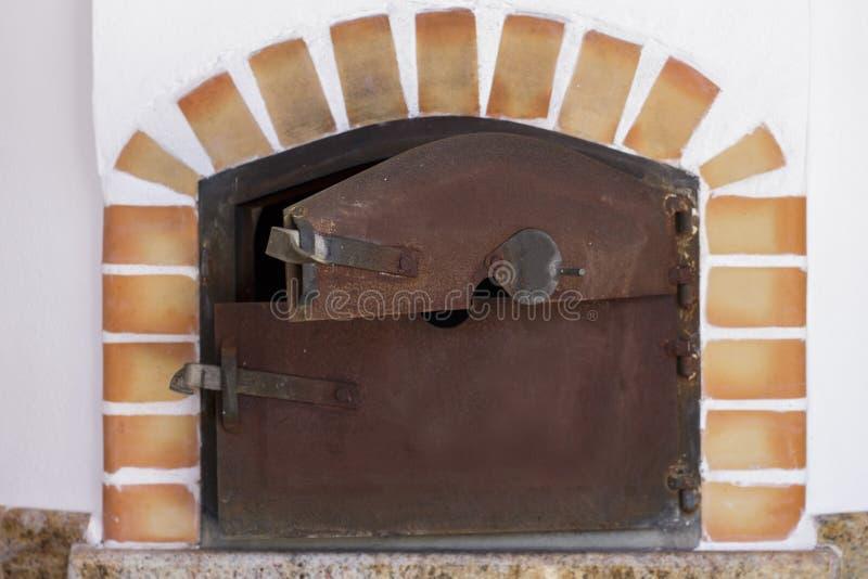 木头在乡下别墅的被射击的烤箱 库存图片