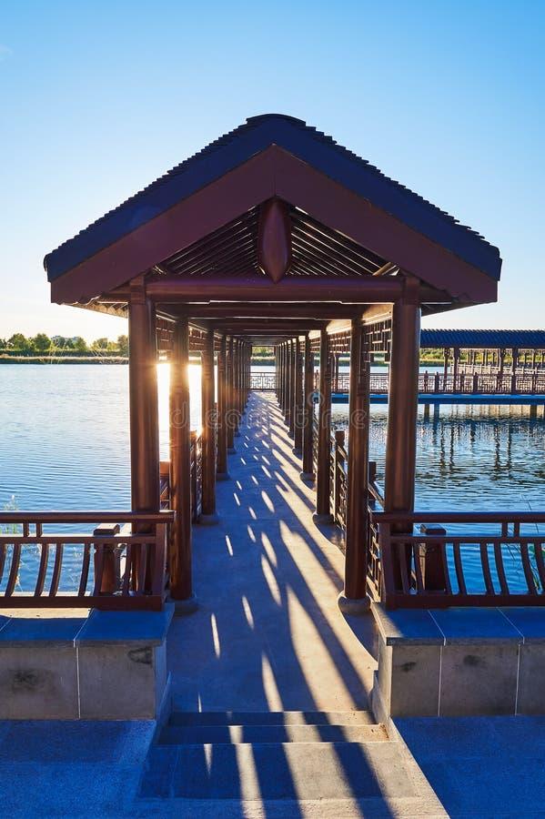 Download 木画廊日落 库存图片. 图片 包括有 湖边, beautifuler, 漏洞, 艺术, 纸莎草, 风景, 公园 - 59104463