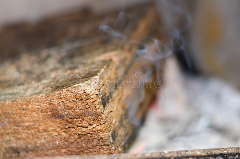 木头燃烧和抽烟 免版税库存照片