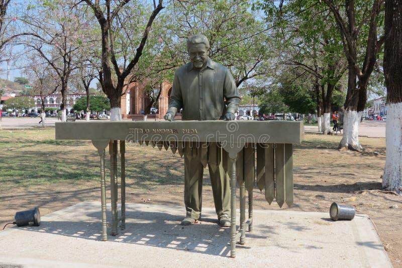 木琴球员的雕象 免版税库存图片