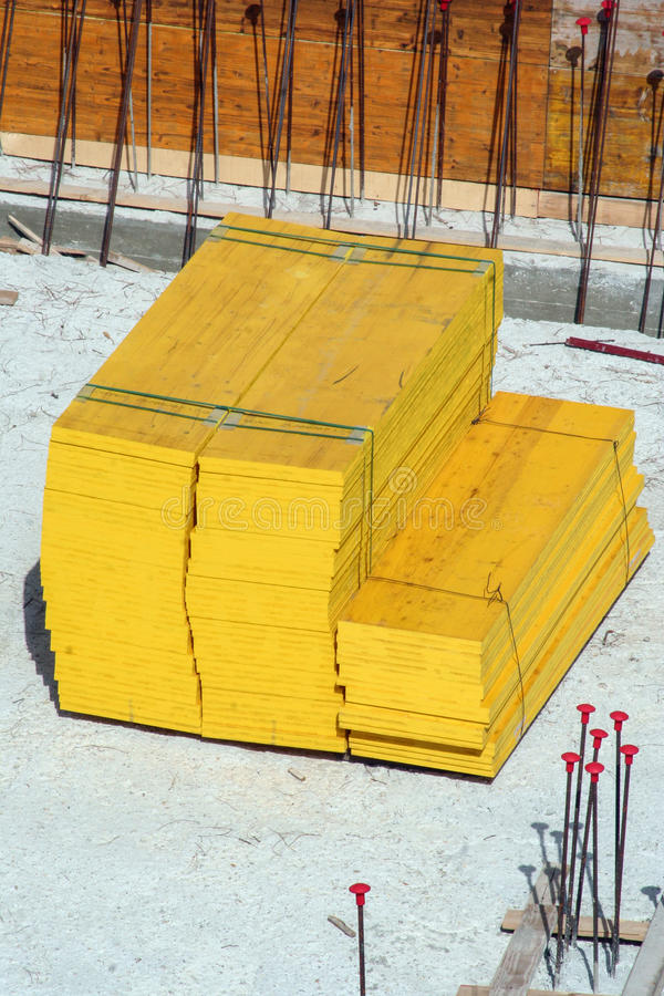 木建筑板材 放置户外站点的砖建筑 木匠业 免版税库存图片