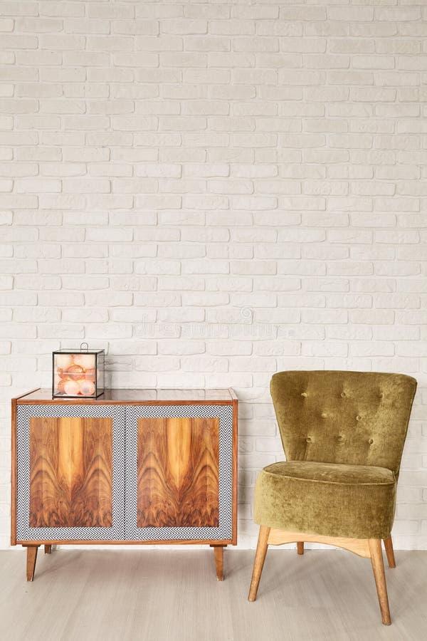 木洗脸台和葡萄酒绿色扶手椅子 库存图片